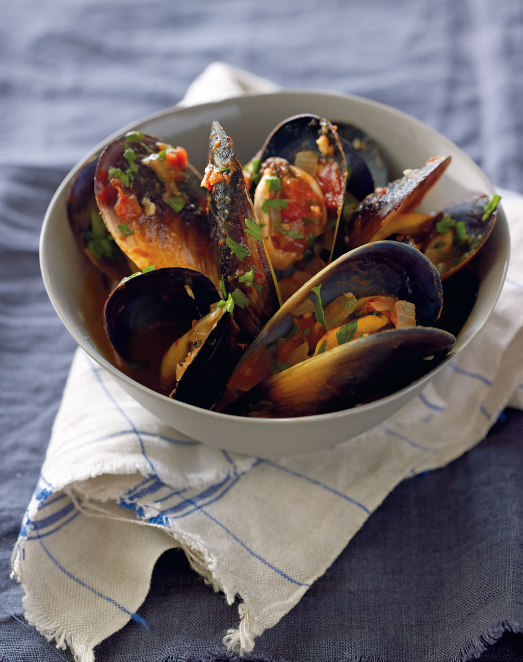 Mussels with tomato, white wine and garlic