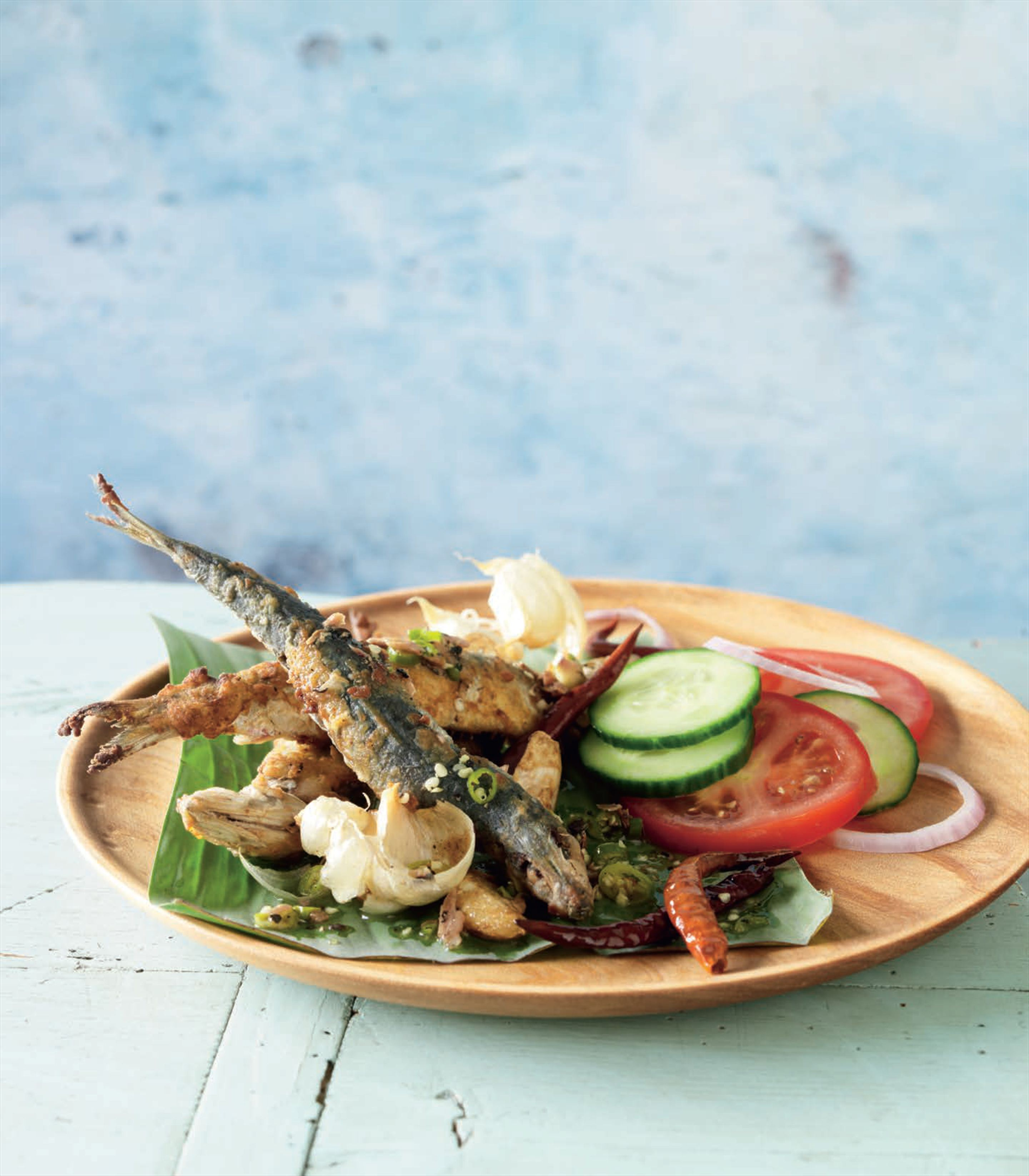 Crisp herrings with a spicy Sri Lankan salad