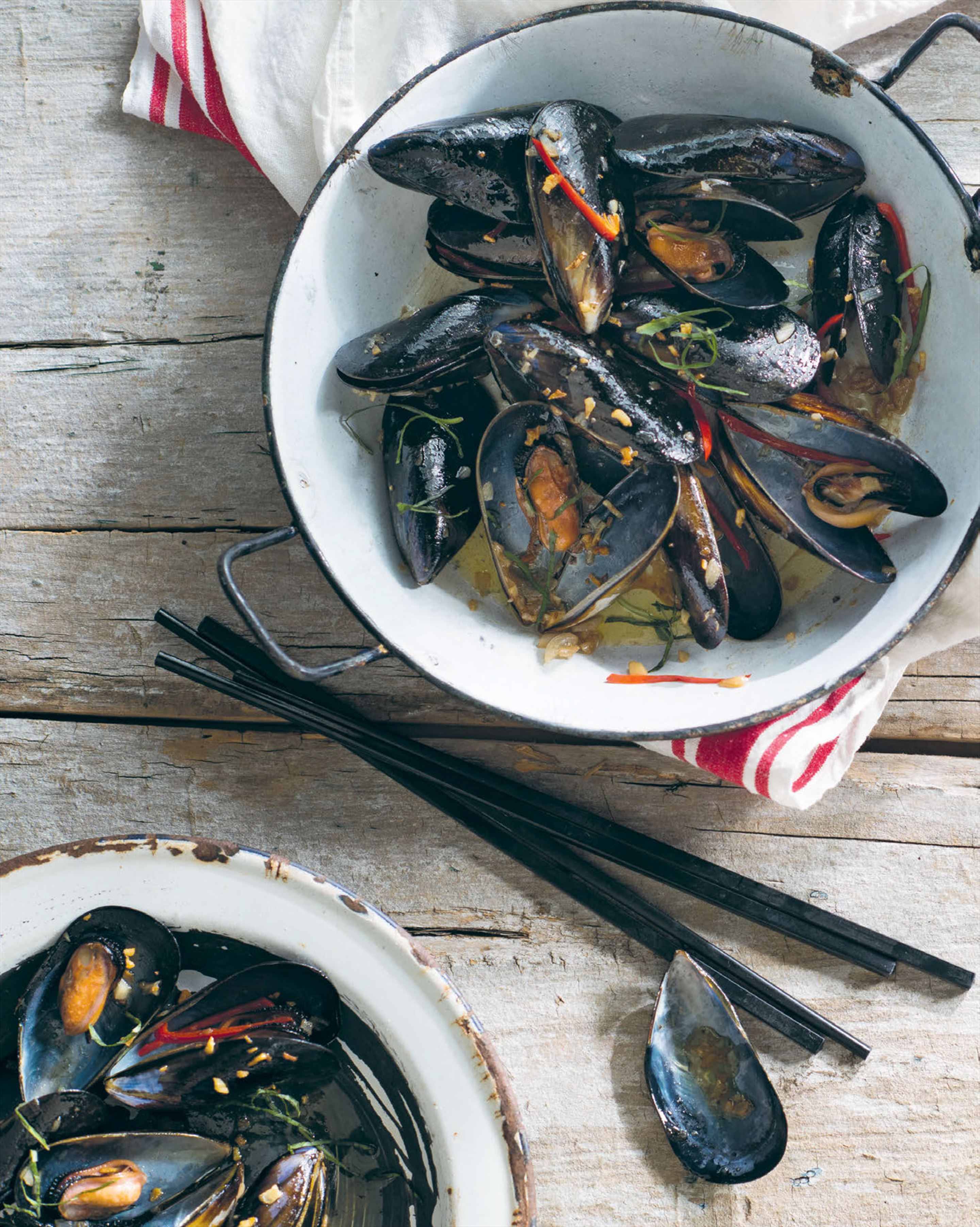 Mussels wok-tossed with butter, crispy garlic & Thai basil
