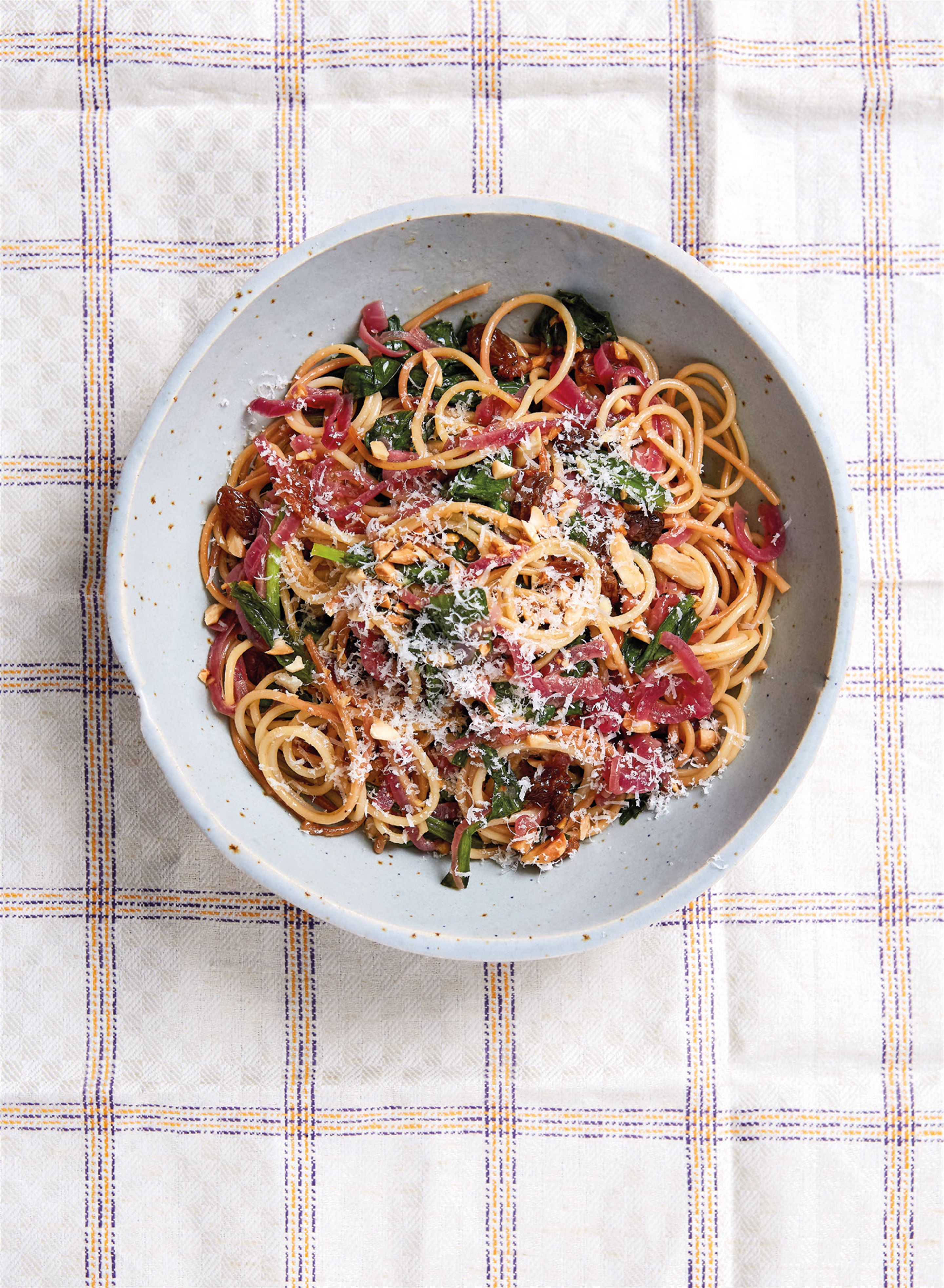 Toasted spaghetti with red onions, almonds and raisins