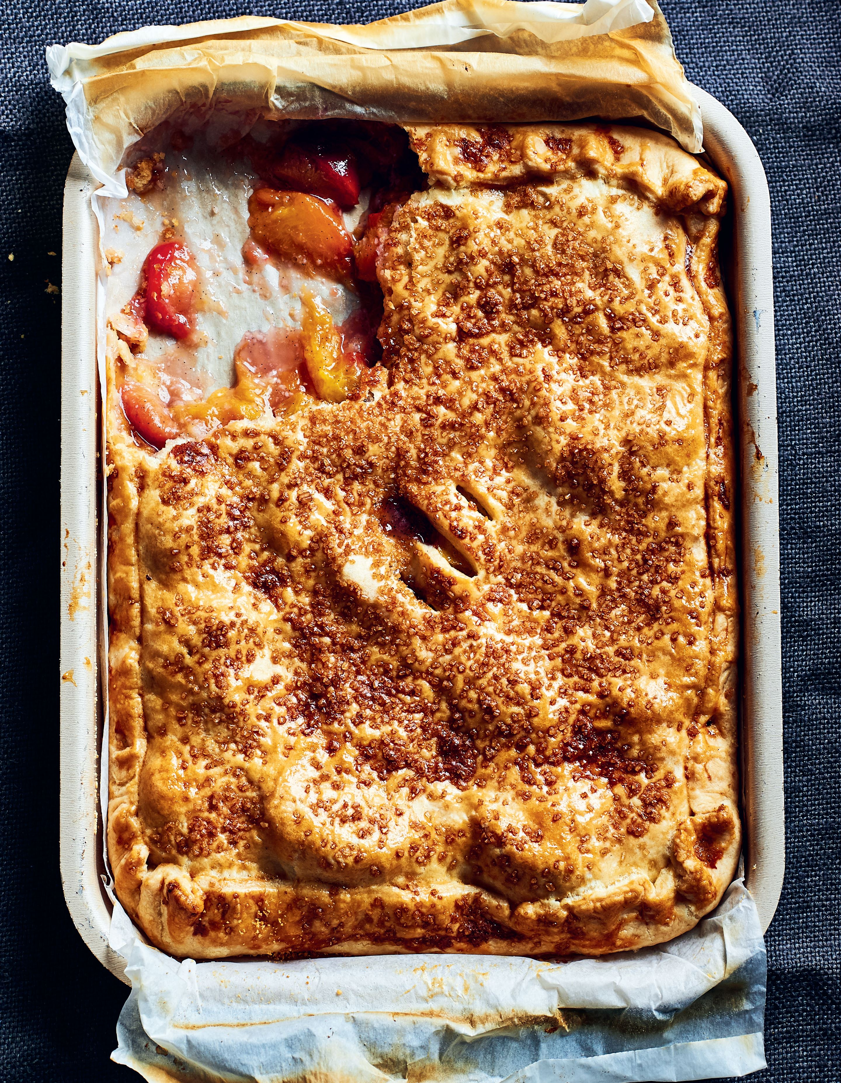 Peach and plum pie with vanilla and almonds