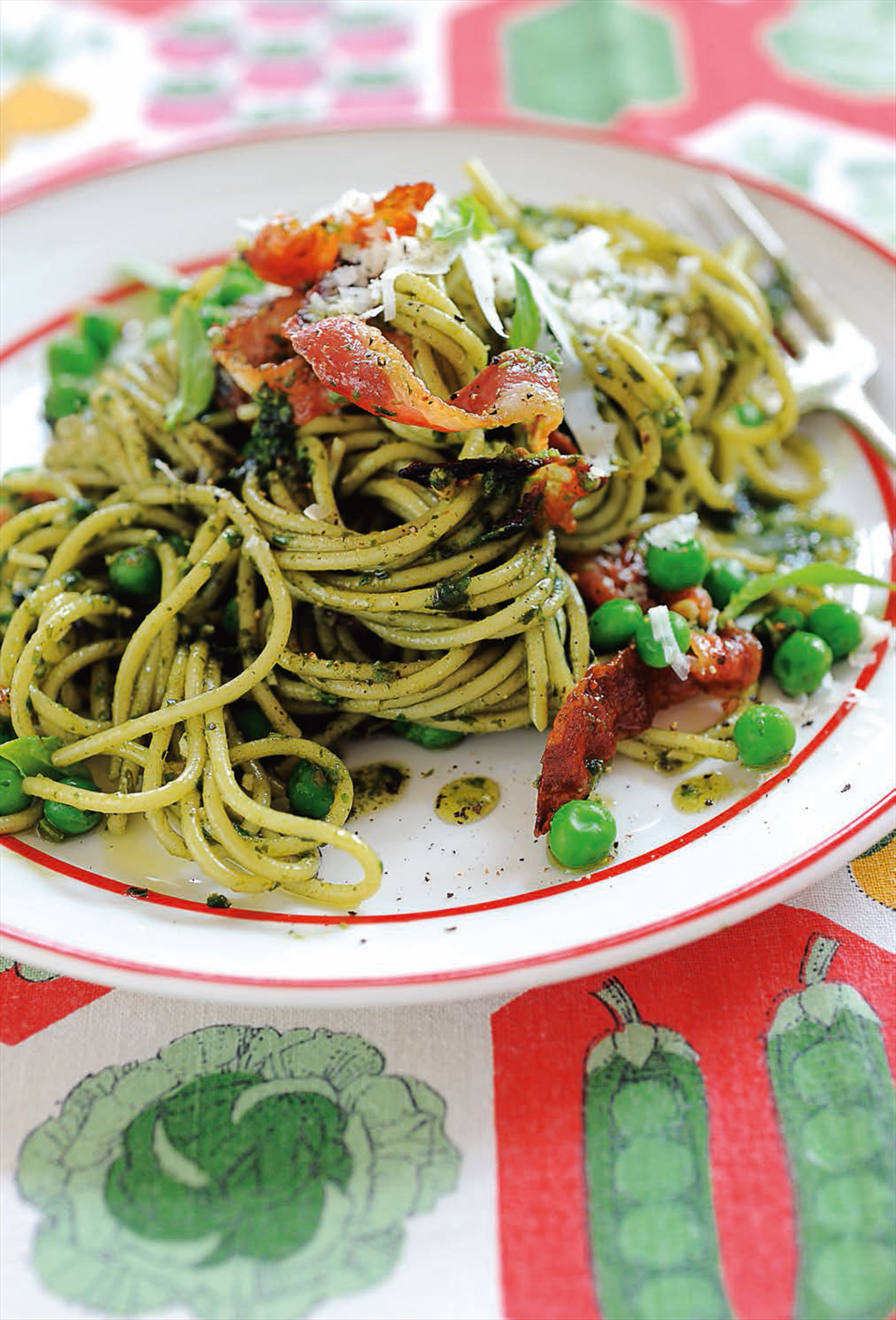Spaghetti with pesto, peas and pancetta