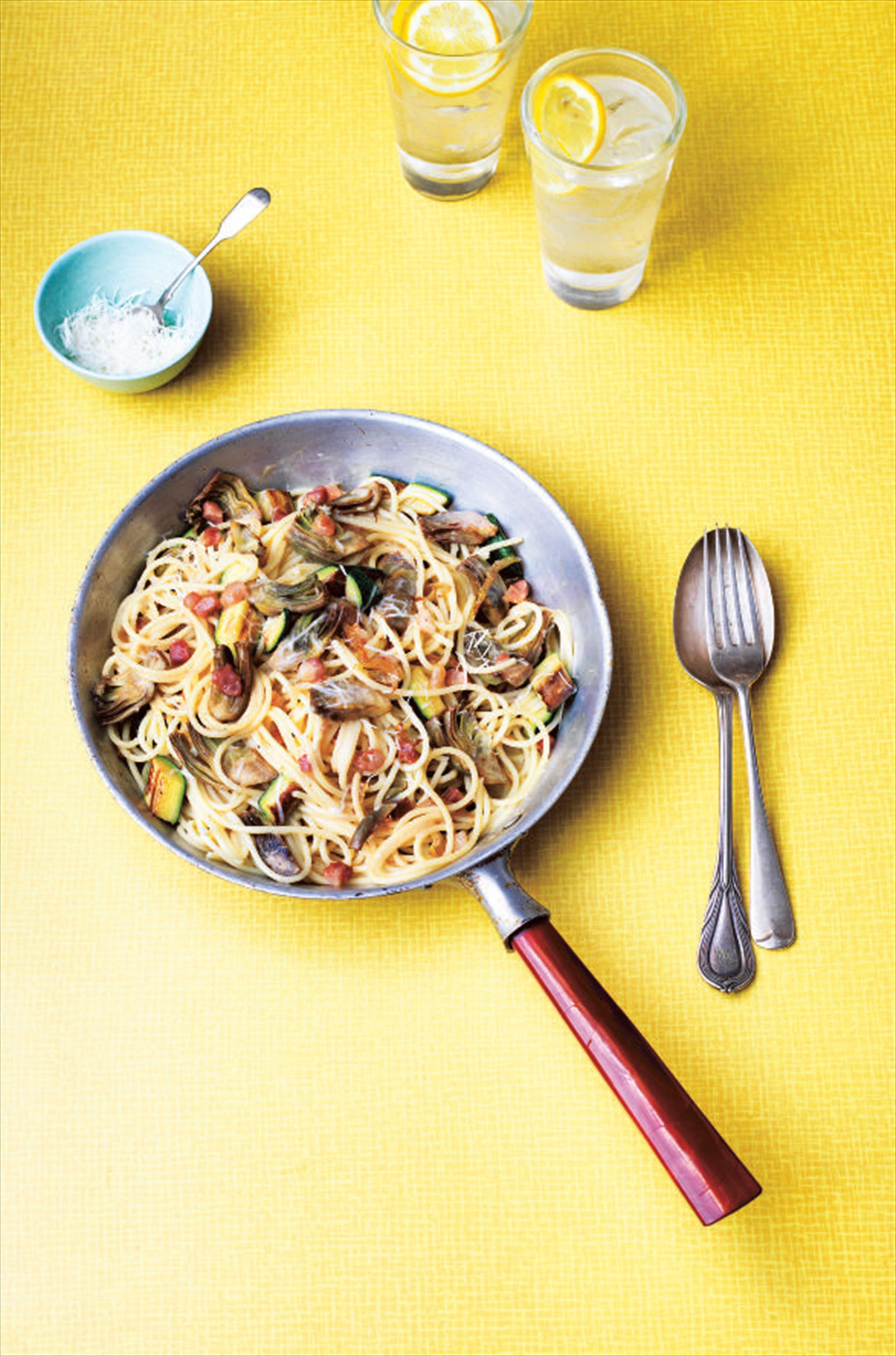 Carbonara with artichokes and courgettes