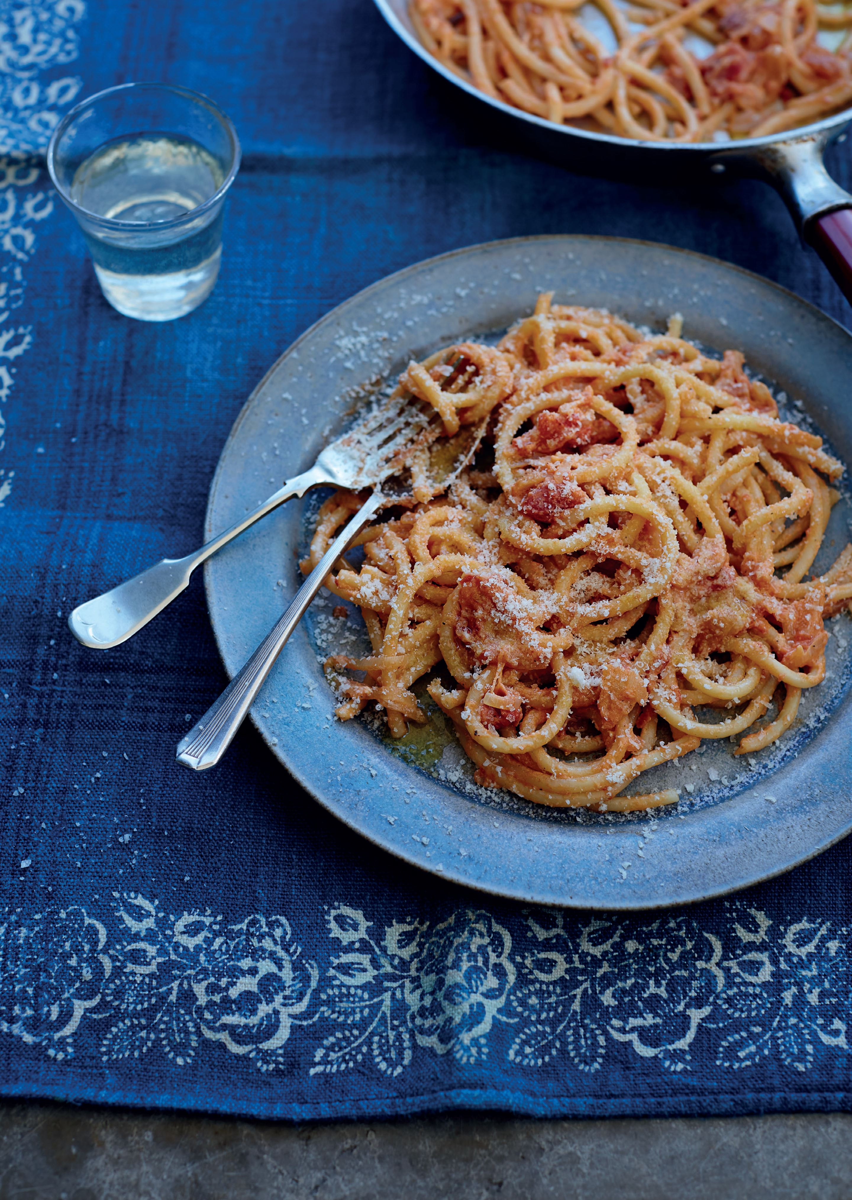 Pasta with onion and tomato sauce