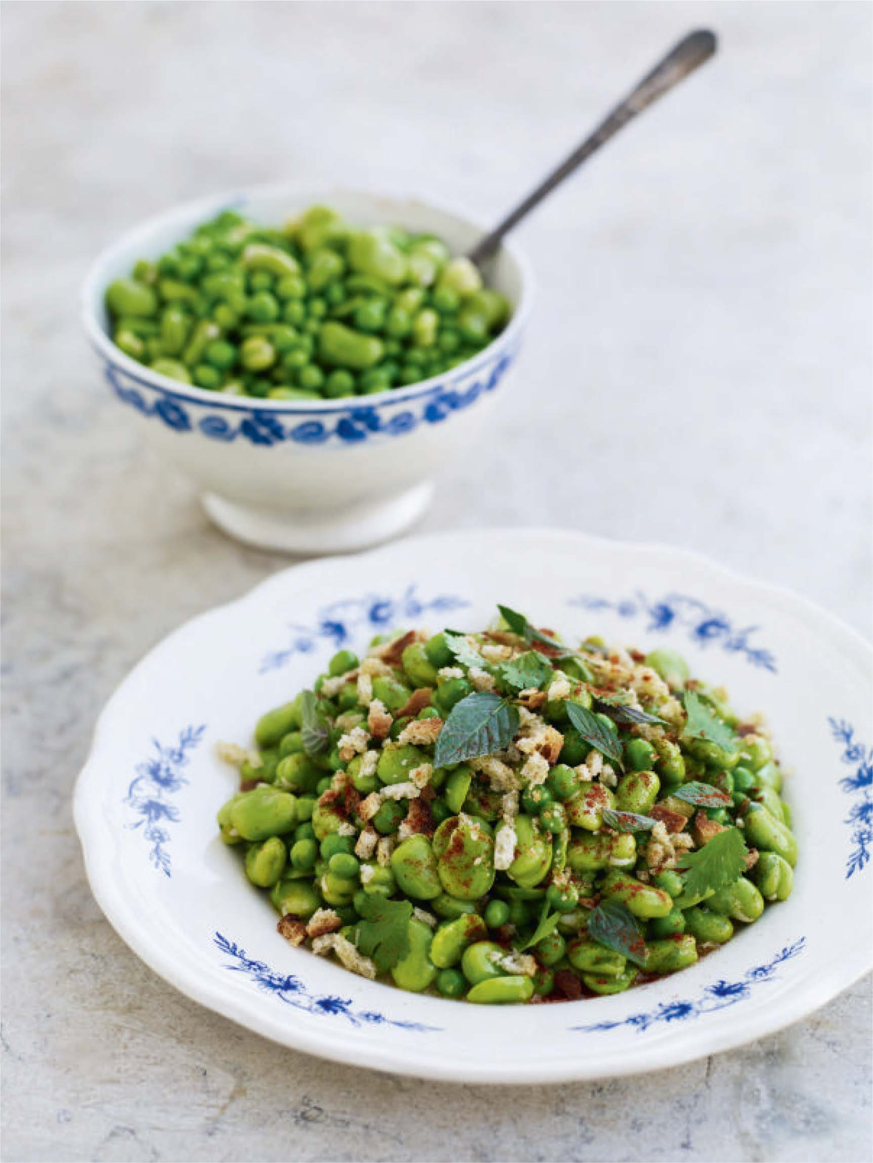 Peas and broad beans with cornbread crumbs