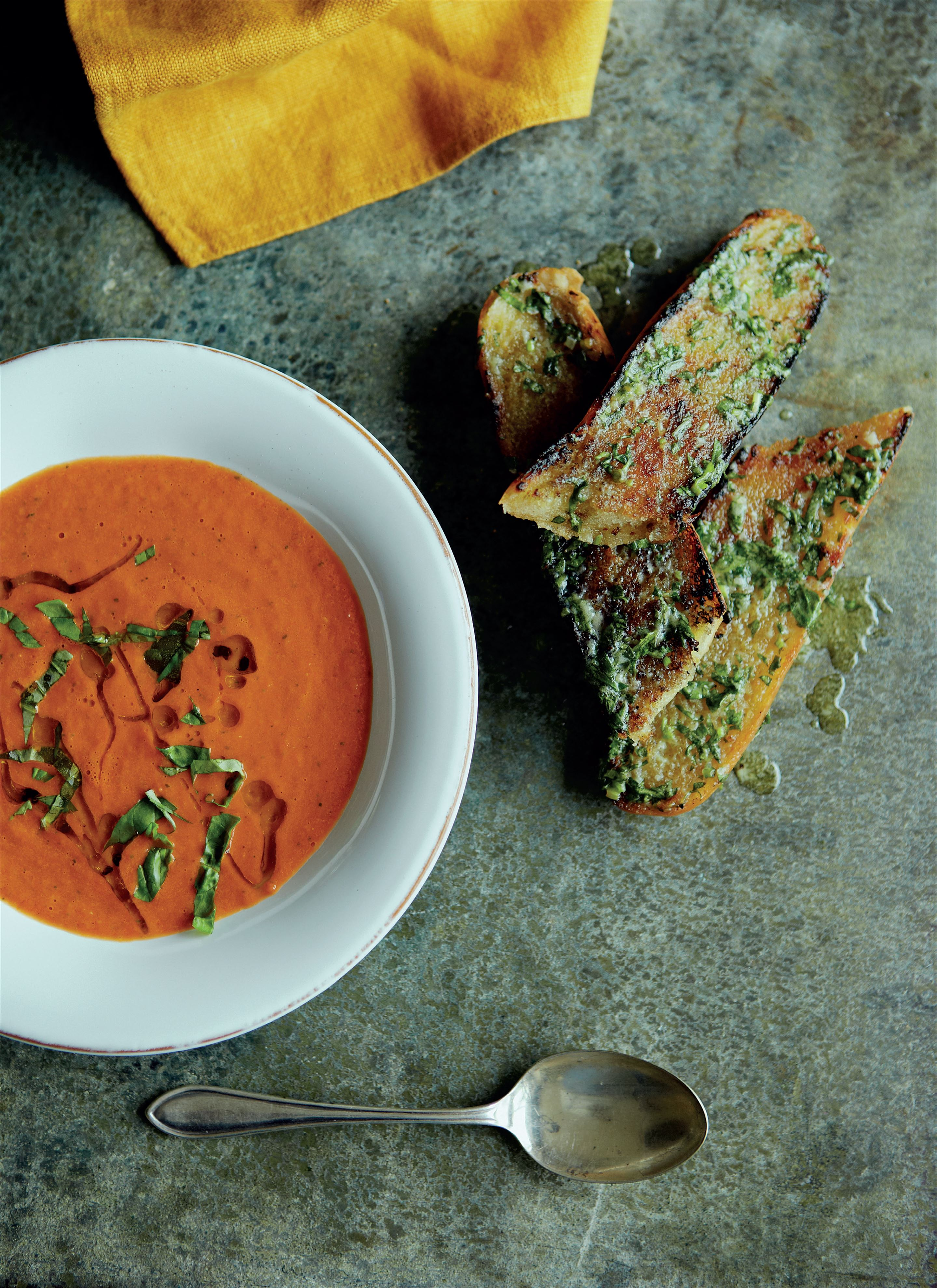 Quick tomato and basil soup with roasted garlic bread