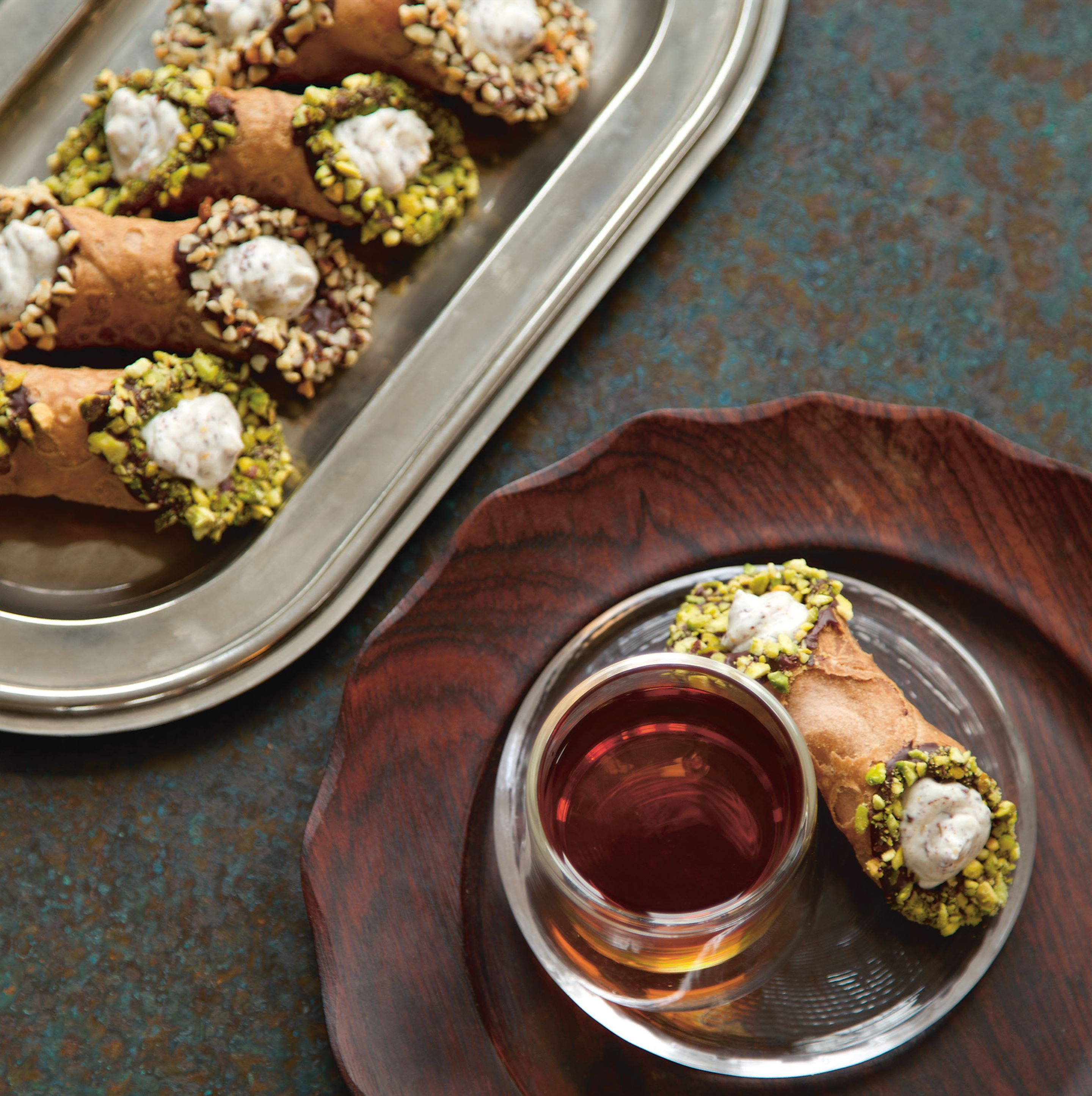 Mini ricotta-filled cannoli