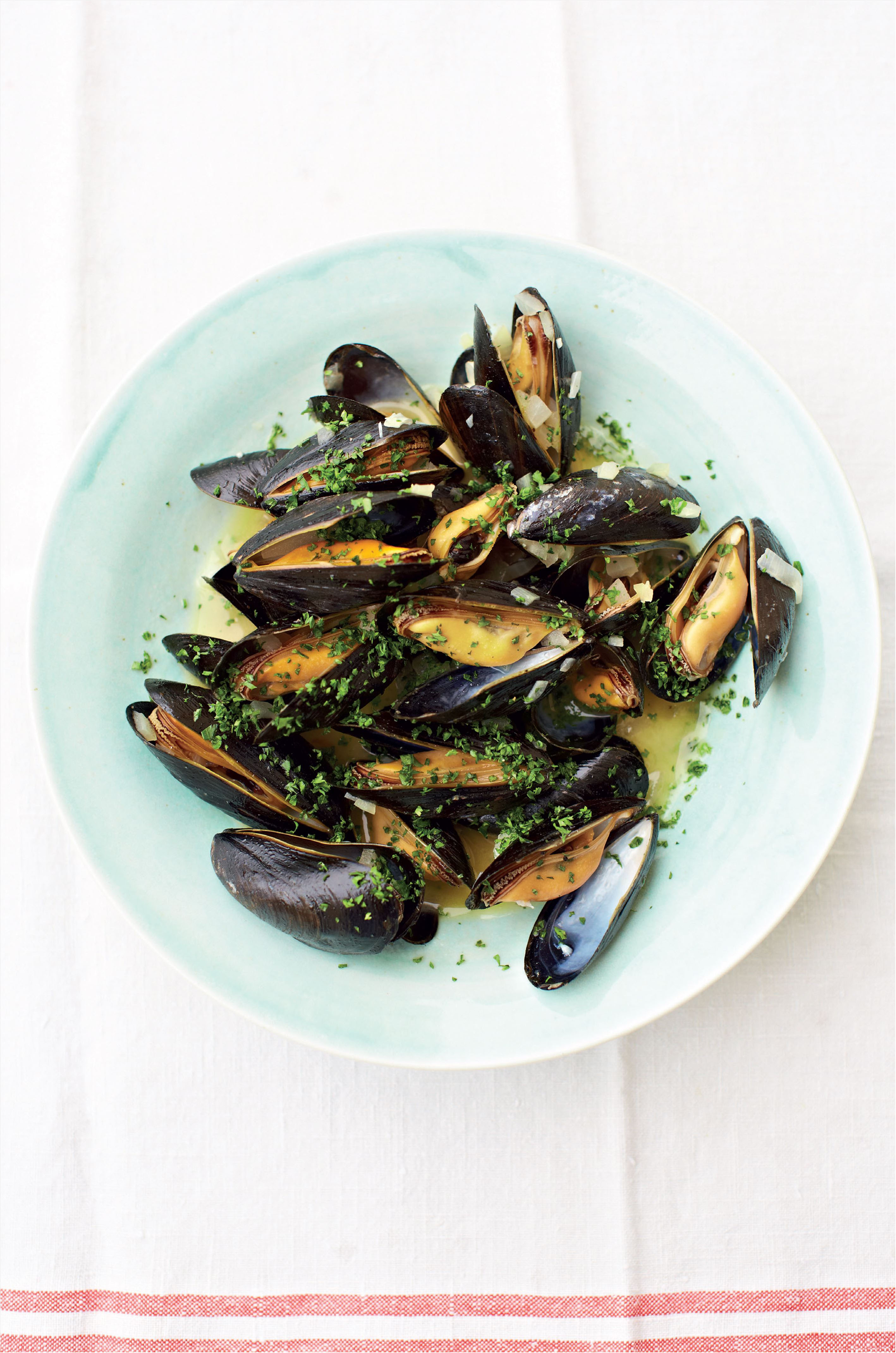 Mussels in beer with onion, garlic and parsley