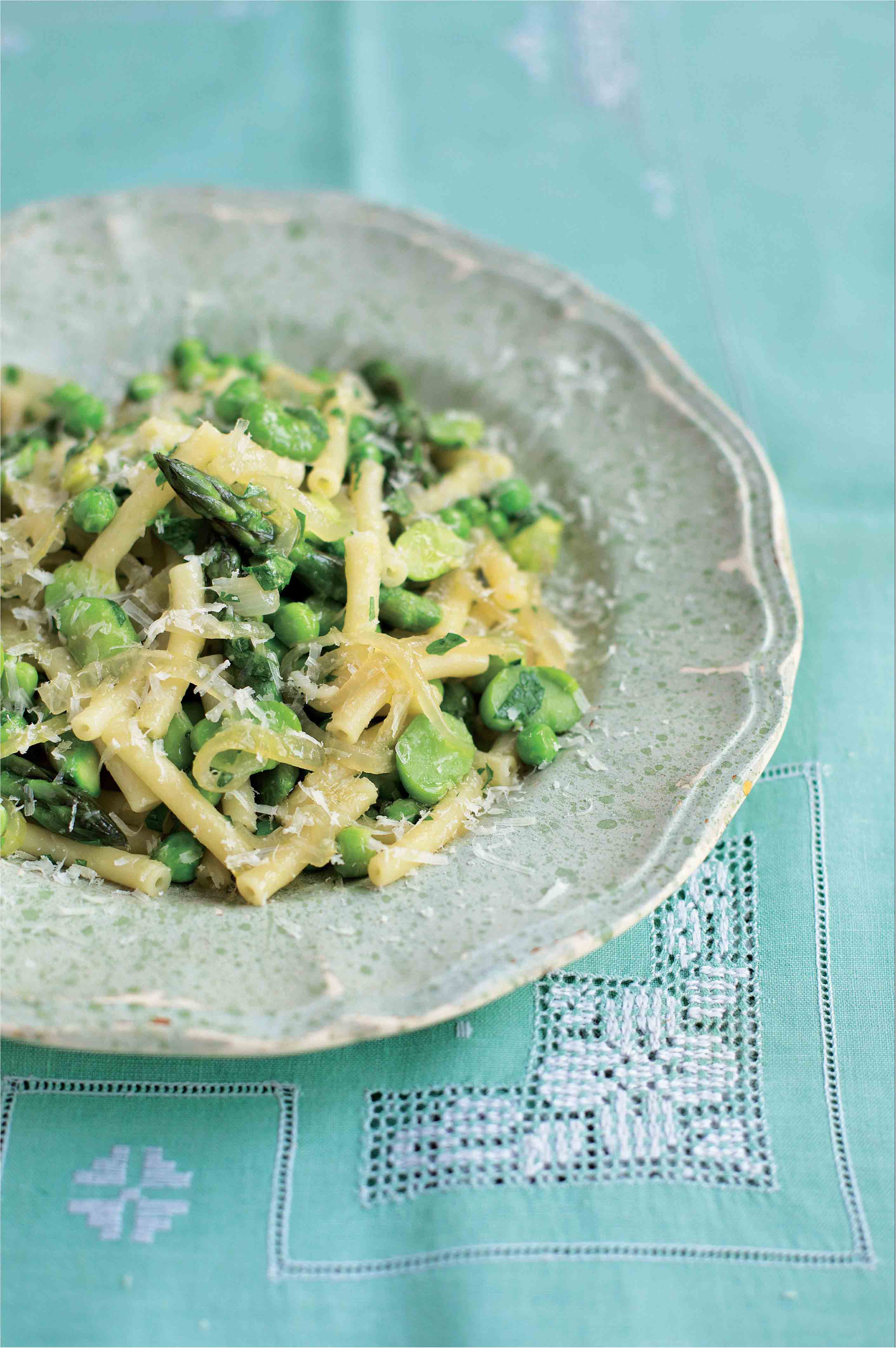Macaroni with a sauce of asparagus, onion, peas and broad beans
