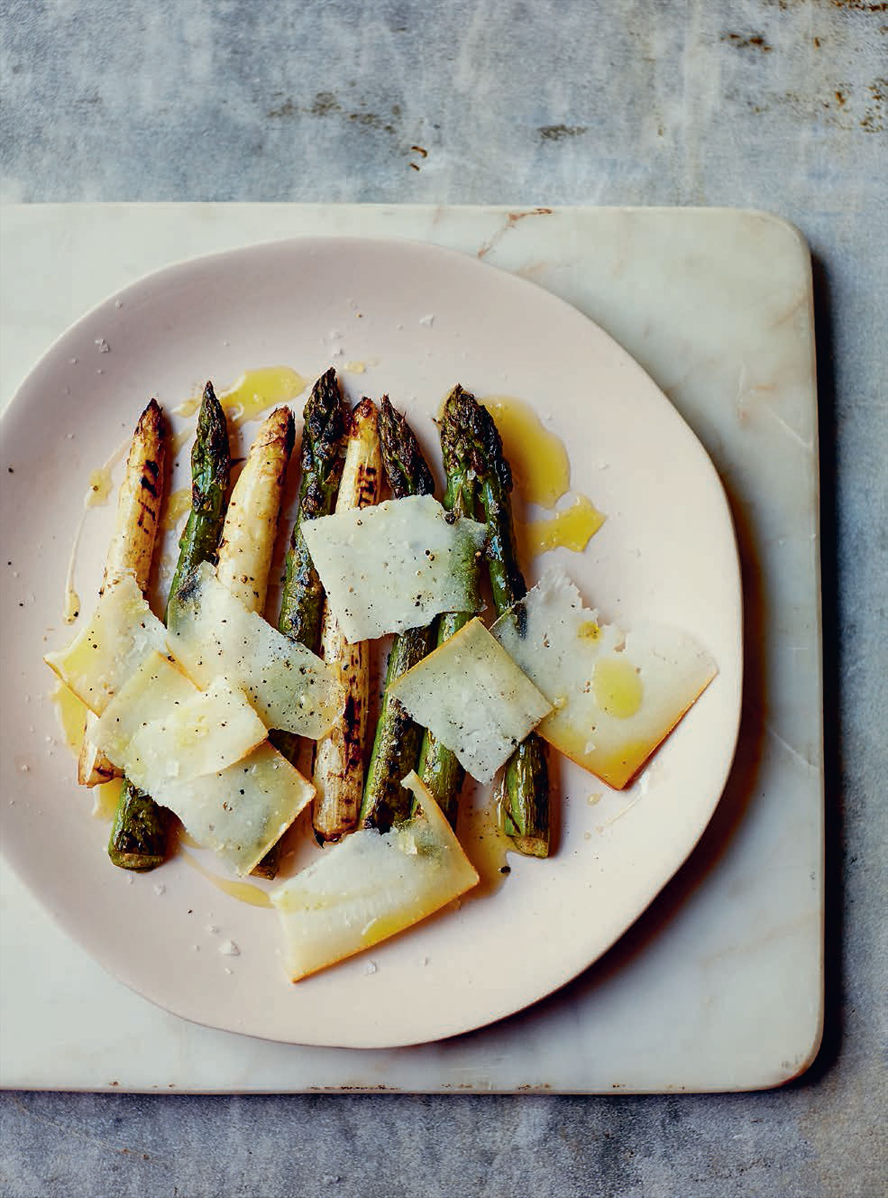 Grilled green & white asparagus with Idiazábal smoked cheese