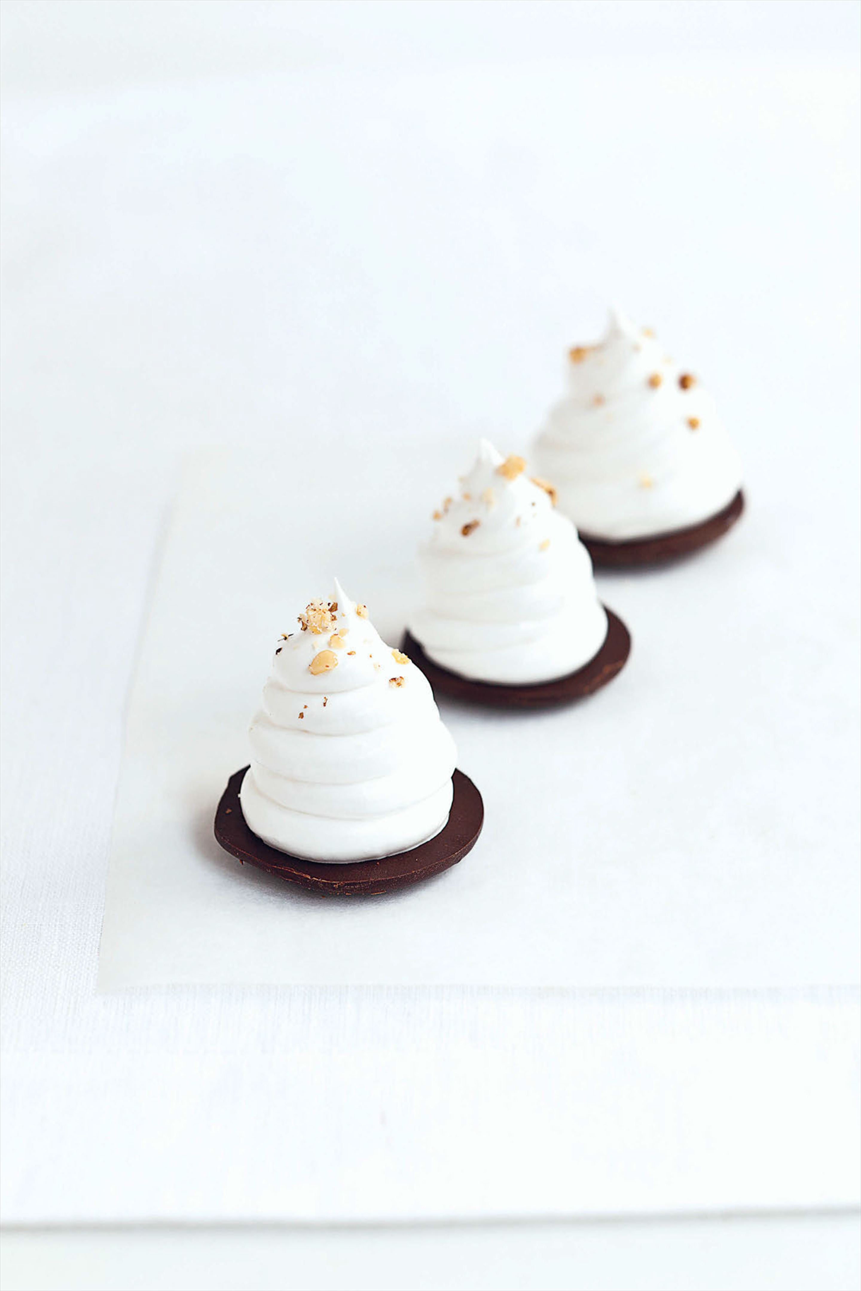 Walnut whip: Italian meringue and chocolate