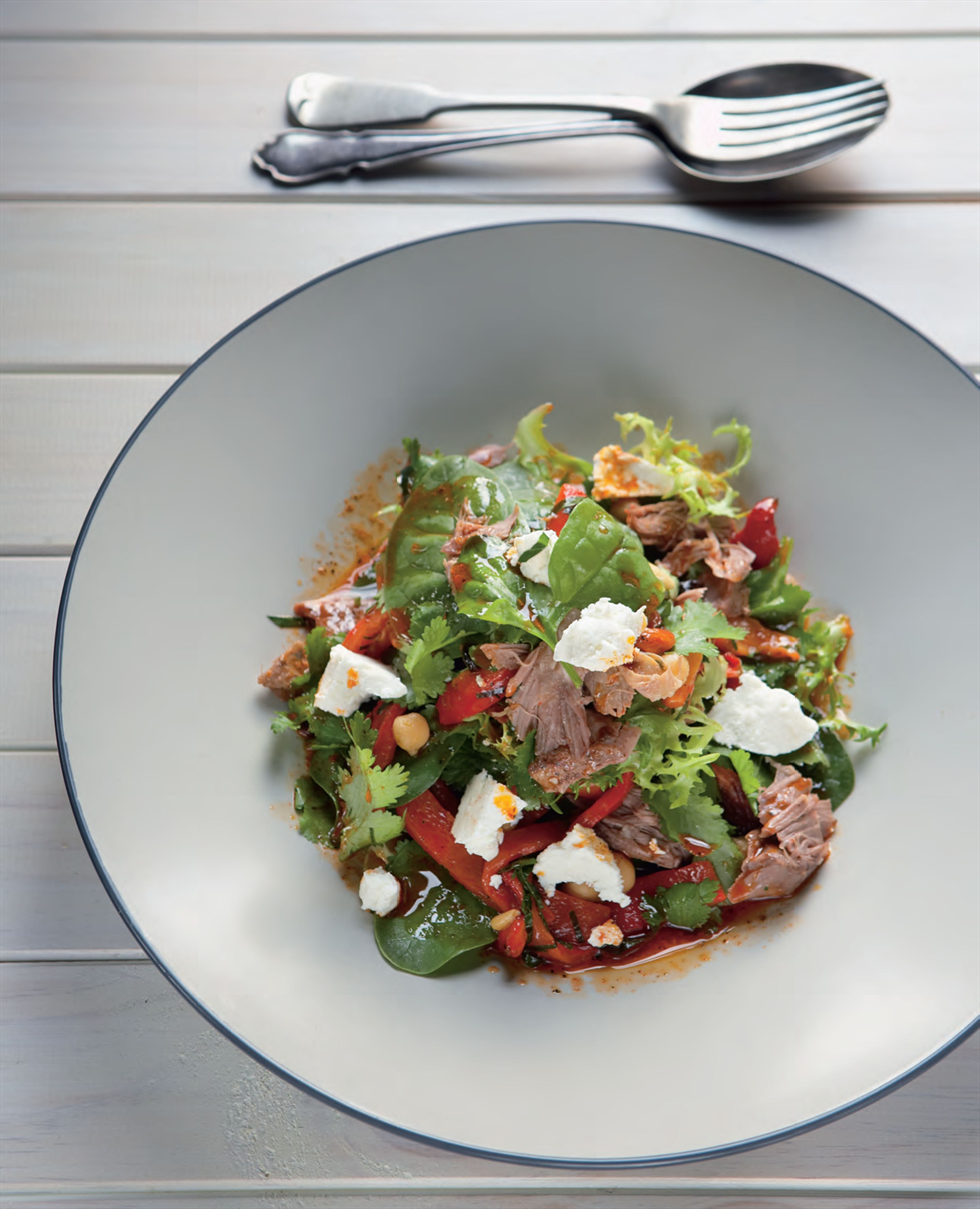 Lamb salad with spinach, goat's cheese and chickpeas