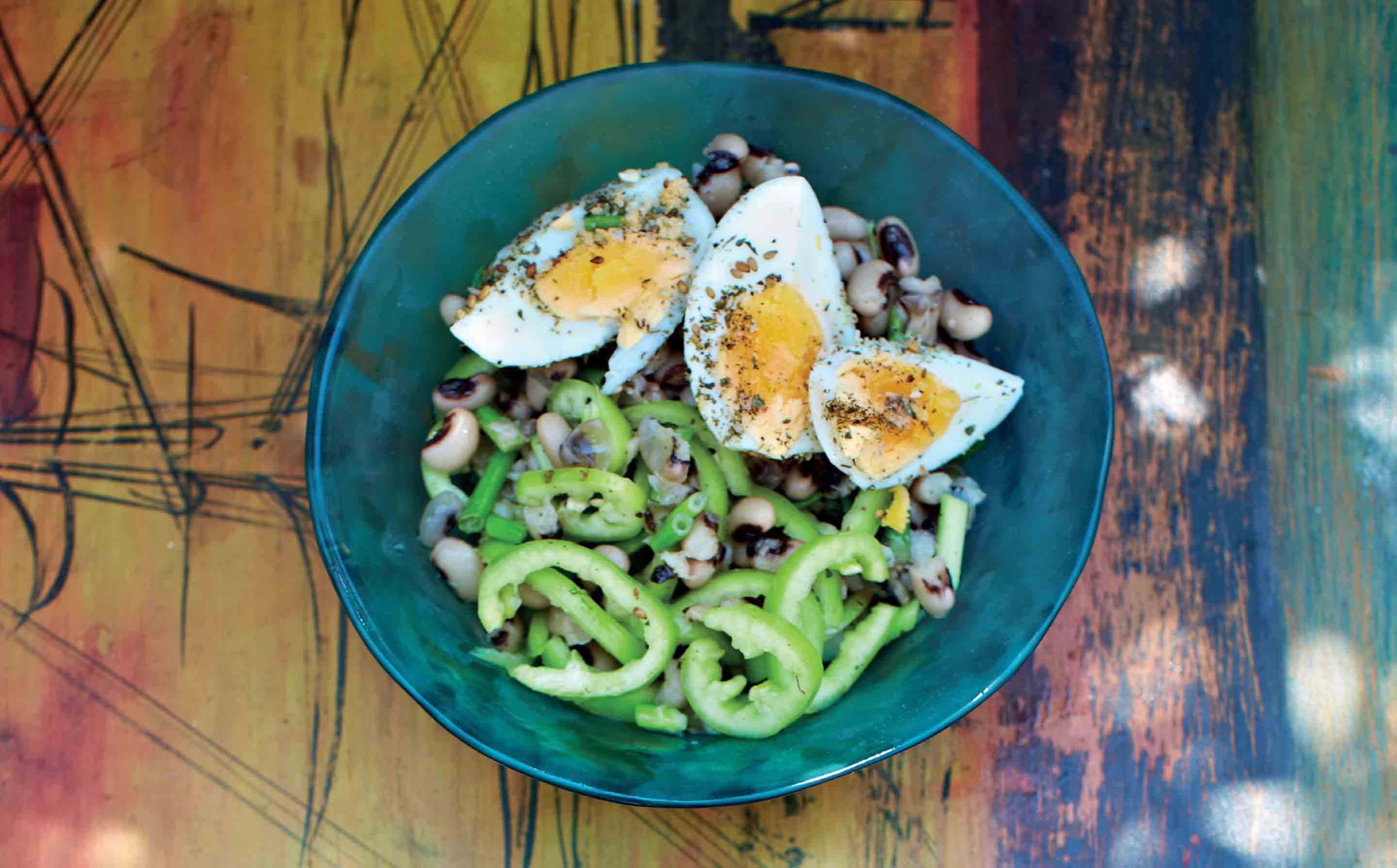 Black-eyed bean, egg and pepper salad