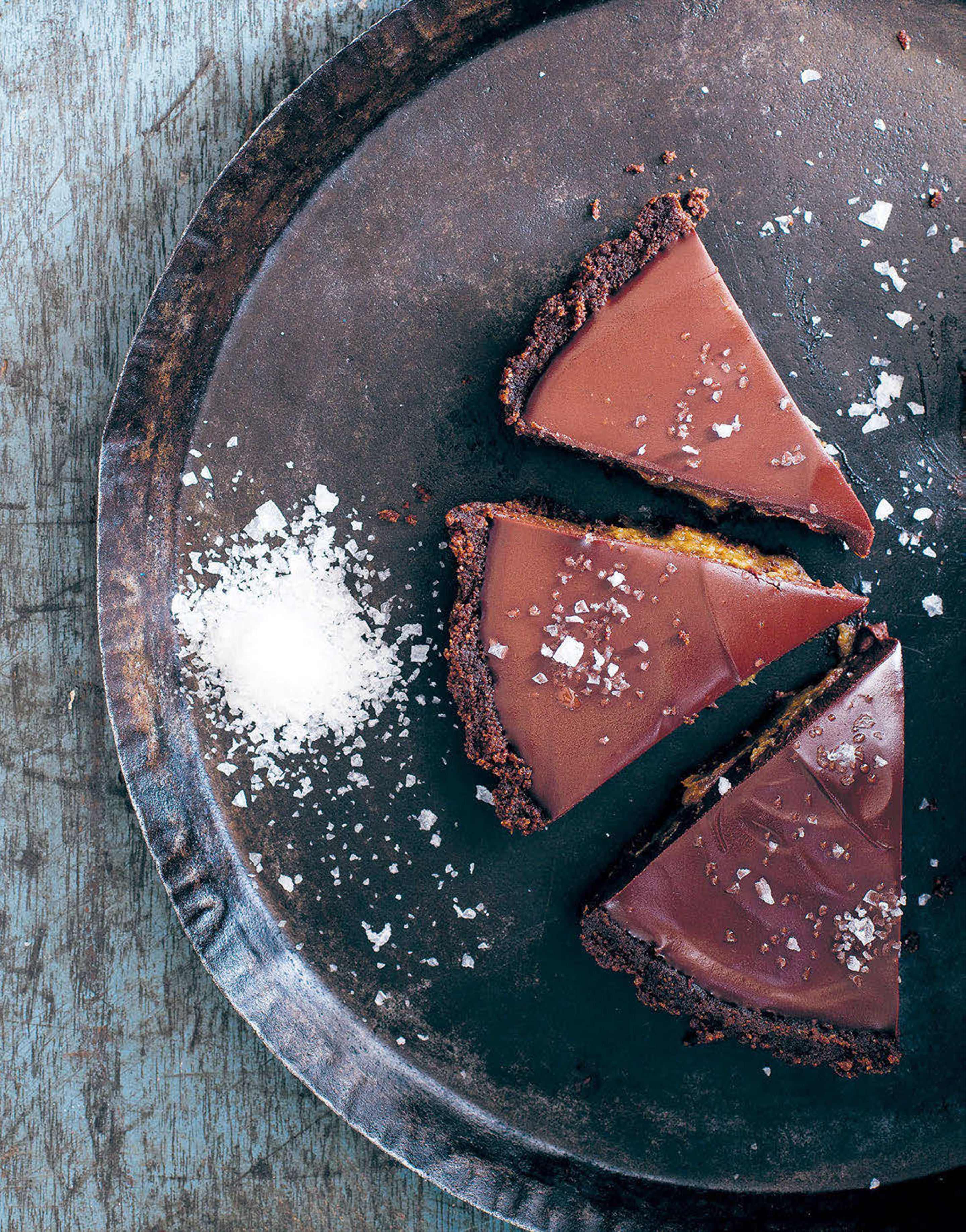 Salted chocolate and date pie