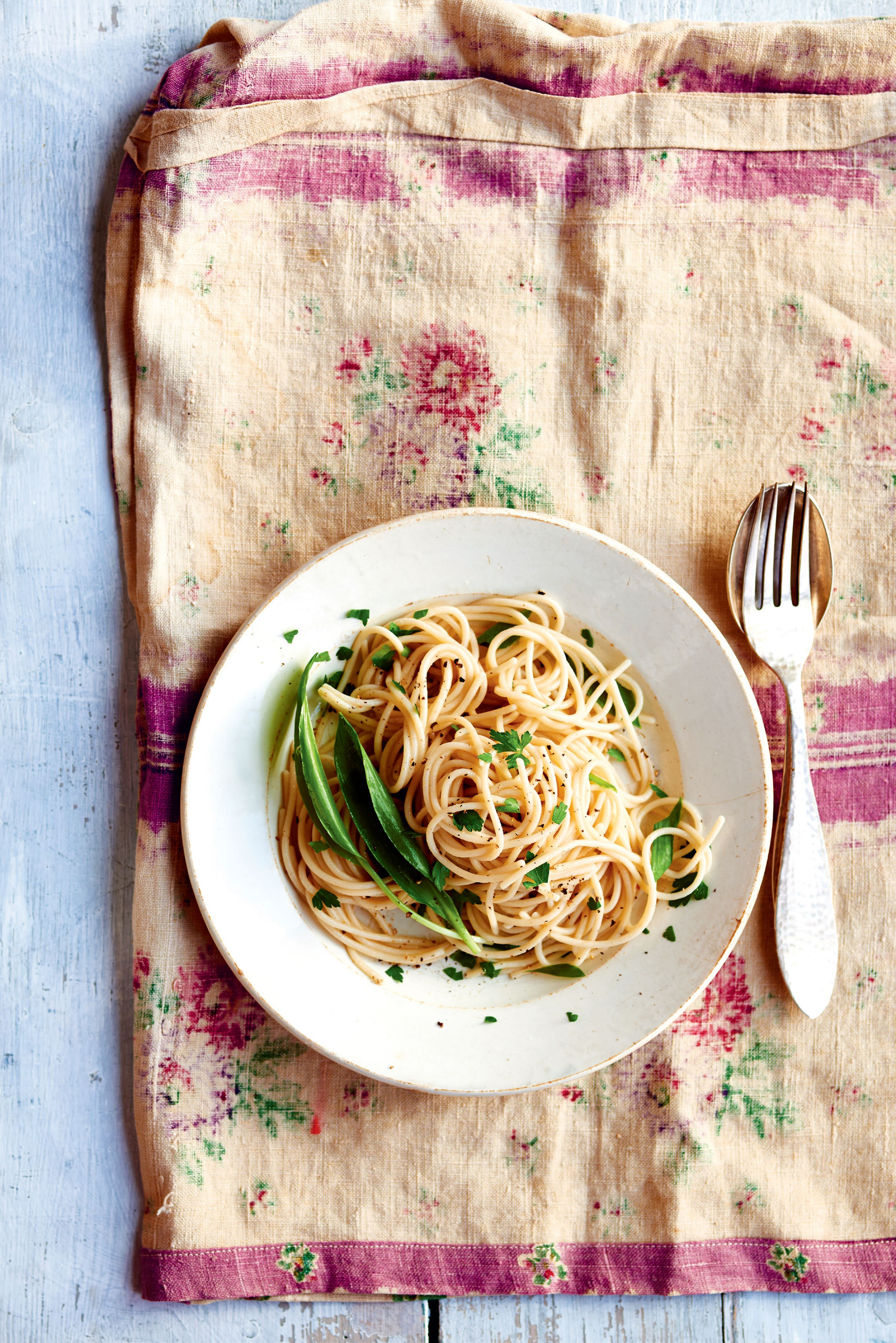 Brown rice spaghetti with wild garlic