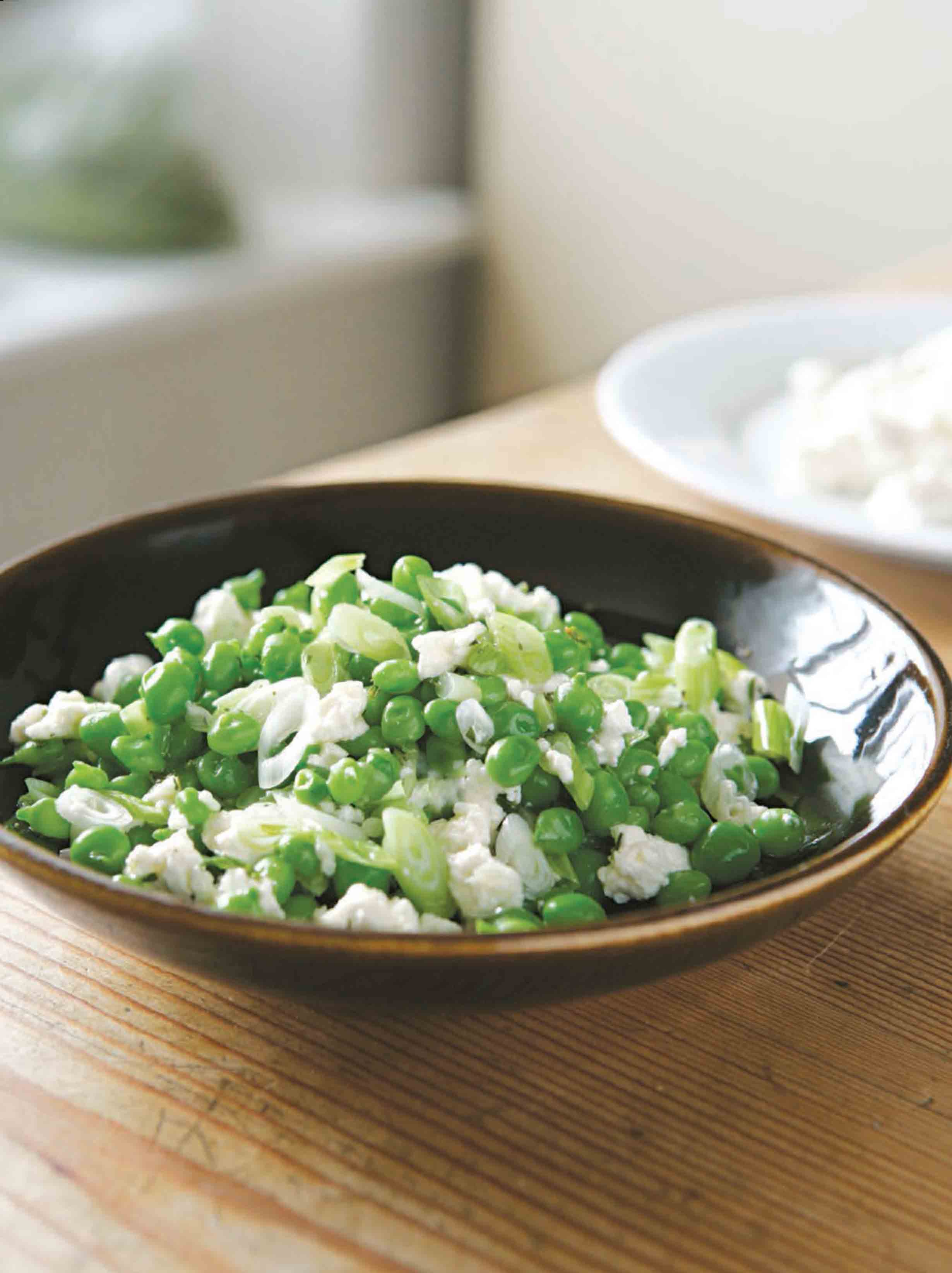 Salad of baby peas, ricotta and spring onions
