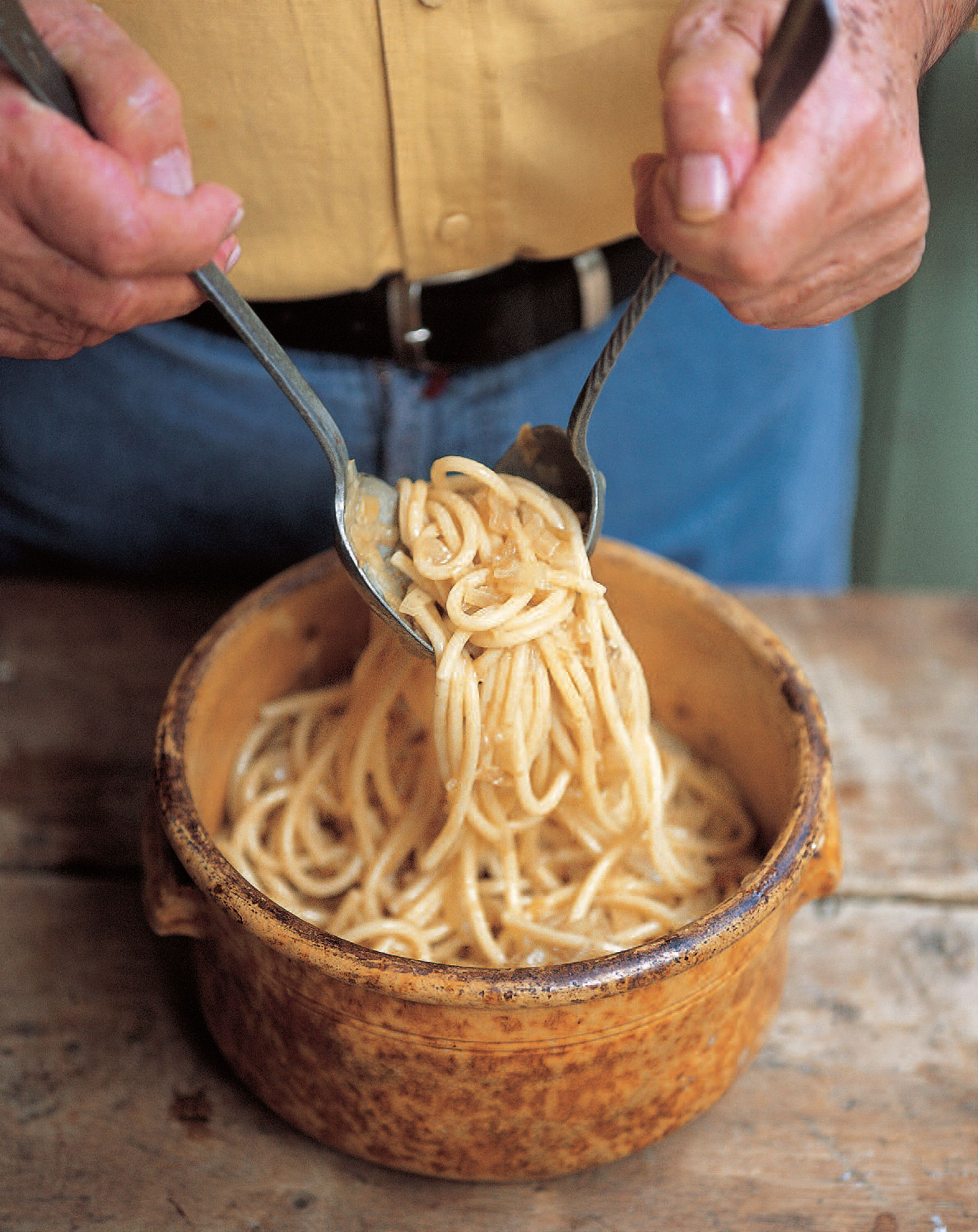 Giant spaghetti with onion and anchovy sauce